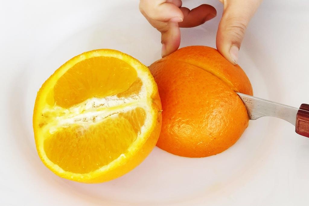 Ayuda a tus hijos a cortar la naranja en este experimento para niños